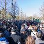 この日は開門前に既に二万人も集まったとの事で 和田倉門の交差点を渡るにも時間が掛かりました。  東京駅から来る方は丸ビル側の歩道を歩いて来るので そちら側の歩道ばかり大混雑!!! 行幸通りの遊歩道や 新丸ビル側の歩道はガラガラ(笑) もしこの旅行記をお読みの方で 来年以降に一般参賀にいらっしゃる方は そちら側から皇居前広場に入る事をお勧めします。 それともしかしたら東京駅から行くよりも 日比谷駅や桜田門駅からの方が スムーズかも知れません。  写真は皇居前広場に入って 列が滞っている風景(^^;