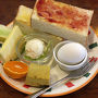 厚切りトーストのつくBセット。コーヒーをつけて550円。朝からかなり食べてしまいました。