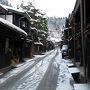 【2017年12月30日】  朝食を兼ねて早朝の散歩に出ます。雪はすっかり止んでいましたが凍てつくような寒さです。防寒対策はしてきましたが足や指先が冷たい。宿泊していたホテルアルファワンからは宮川朝市や古い街並みが近いので歩いてみることにします。朝市はまだ準備中でしたが三町と呼ばれる伝統的建造物群保存地区は昼には大勢の観光客で賑わうと思うのでその前に歩いておこうと思いました。静寂の中に古い街並みの佇まいはよいものです。
