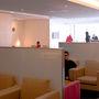 成田空港 キャセイパシフィック航空ラウンジ(その2)  日系のラウンジのように広々とした室内ではないが、静かで落ち着いた ラウンジである。 受付を通り室内の入り口付近に飲物・食物が準備されている。