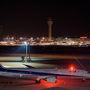 早くついてひまなので展望デッキで撮影開始。夜は離着陸機の流し撮りも楽しいので、200枚くらい撮った。