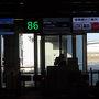 【2018年4月7日】  自宅を5時前に出発。始発電車に乗り浜松町でモノレールに乗り換え羽田空港第1ターミナルに着いたのは6:50頃。この日利用するJAL291(宇部行き)の出発の約1時間前でした。前日の仕事の関係でほとんど睡眠は取れず体調がやや心配です。  写真は空港のバス出発ラウンジです。羽田から宇部への路線の利用は初めて(とうより実は国内線の利用自体が初めて)でしたが、意外に利用客は多いなという印象です。