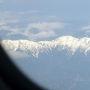 宇部へのフライトは窓側の座席でしたので写真のような山の景色を眺めることができました。しかし実際にはほとんどの時間を居眠りして過ごしました。当日の羽田は晴れてはいたもののかなりの強風で飛行機の揺れが心配でしたがそれほど揺れることはありませんでした。しかし、到着は定刻より10分程度遅れました。