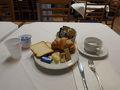 またもやイタリアの修学旅行と遭遇!シスターが子供たちの世話を焼いている横で朝食です。ホテルの人の話では、春は学生のグループ旅行の季節だそうです。  今日は午前中にジェノバ市街を歩きます。まずはのんびりと朝食。相変わらず野菜類が出ていませんがチーズはおいしいですね。