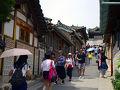 韓国で一番韓国らしいものと言えば、まず思いつくのが韓屋ではないでしょうか? 古風で優雅な姿を誇る伝統家屋で有名なのが、ソウルの北村韓屋村です。昔、両班たちが住んでいた家がそのまま残っている北村韓屋村は、昔の面影がそのまま残っており、多くの観光客に人気の場所です!