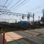 工場前の大きな踏切です。JR京都線や神戸線では珍しくなった大きな踏切があります。