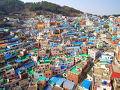 韓国の古い住宅が密集し、絵のような景色を作り出す釜山の「甘川文化村」。 ギリシャのサントリーニとよく似ていて、韓国のサントリーニとも呼ばれます〜 壁沿いには可愛らしい壁画が描かれていて、SNS映えするスポットとして有名ですよね!
