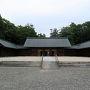 米原から東海道線に乗り換えて1駅で彦根に到着しました。彦根城へは歩いていくことにします。駅前の通りをひたすらまっすぐ歩いていくと滋賀県護国神社に突き当たります。少し見学をしていくことにしました。
