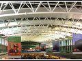 【エセイサ(EZE)アルゼンチン国際空港にて】  アルゼンチンのワインの里、メンドーサのブドウの収穫祭は毎年3月の初旬から半ばまで。  写真: ブエノスアイレス市街地から南西に約25km、通常は「EZE」という表記で表されるアルゼンチンの玄関。  なんと正式名称はミニストロ・ピスタリーニ国際空港というらしい(....知らんかったぁ).....エセイサという名前は、所在地の地名から、なんだって!?ここにいる人も、エセイサとしか言わないし。