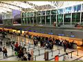 【エセイサ(EZE)アルゼンチン国際空港にて】  その頃(収穫期)は、アルゼンチンだけでなく、近隣諸国から、たくさんの観光客が訪れ、大賑わう。要は、大混雑.....  写真: 小さいけど、結構こじんまりしていて、なかなか綺麗。この中二階のところに雑魚寝できるスペースがあり、欧米系の若者たちがゴロゴロ....。