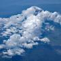 羽田発、777-200で機上の人に。777ということは利用者も多いということでしょうか。右側の座席を確保して正解です。富士山がちょっと顔を出してくれました。