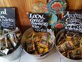 コーヒーワークスへ。私はコーヒーを飲まないので、見ただけ。1袋9豪ドル、 4袋で32豪ドル。これが目安になり、他の店でも見てみました。  紅茶も売ってますが、私はTWININNGSが好きなので・・・