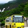 湯殿山神社本宮までの専用バスは 15〜30分おきくらいに運行しています(往復300円・片道200円)。 終点となる「本宮入口」までは、およそ5分程度のようです。  ※参詣者の少ないシーズンは人数によって時間変動あり。