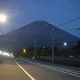 前日発でオアシス御殿場にて仮眠を取りました。 4:30にオアシス御殿場を出て水ヶ塚駐車場に5:00前に到着。 水ヶ塚駐車場1,000円。  オアシス御殿場から水ヶ塚駐車場へ車を走らせている途中。 富士山には登山者が歩くヘッデンで光の道ができていた。