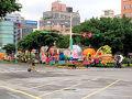 表に出たらパレードをやってました! 今日は台湾の建国記念を祝う「国慶日」でした。  まだ準備段階なのか音楽などはありませんでした。 道路も封鎖されています。 今日はタクシーを使わない方が良さそうです。