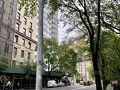 ニューヨーク州はアメリカの50州の中で平均的な広さの州です。面積順ではアラスカが1番で最も小さいのがロードアイランドです。ニューヨーク州は27番目です。  マンハッタン島にあるニューヨーク市は地理的には分かりやすいところです。主な観光スポットは集中しています。マンハッタンにホテルが取れたなら徒歩で観光される事をオススメします。  縦(南北)の道がアヴェニュー(Ave)、横(東西)の道がストリート(St)です。アヴェニューは左側からみぎへ、ストリートは下から上に数字が増えます。  写真はメトロポリタン美術館に向かう道です。 何でもない景色ですがニューヨークらしさがありますね。 こんな風景にめぐり会えるのは自分の足で歩く観光の楽しみのひとつです。