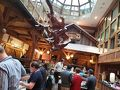 ウィーンでのホテルは全体的にロッジをイメージした造りでした。 こちらは朝食会場のレストラン。 スキー場に来てる雰囲気になります(笑) ちなみに朝食はプラハより種類は少ないですが、全体的に温かみのある朝食でした。 特にクロワッサンが焼き立てで麻の袋に入れられておかれているのがとても美味しかったです。