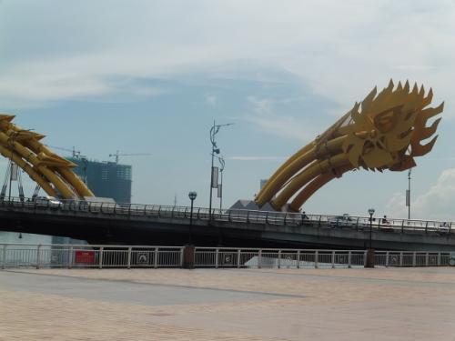 ダナンは静かな大都会 龍(ロン)橋は土日に火を噴く?