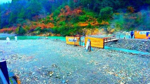 真冬の川につかる。和歌山熊野本宮、川湯温泉1