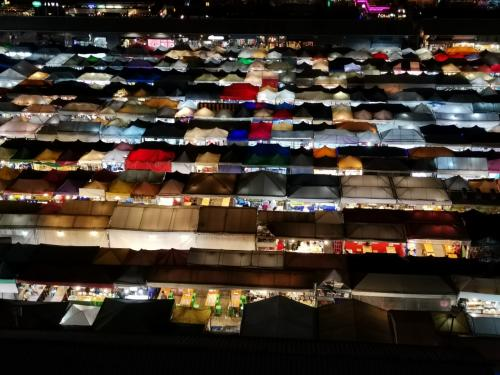 タイ・バンコク2020・・・(8)最近バンコクで人気の「ラチャダー鉄道市場」