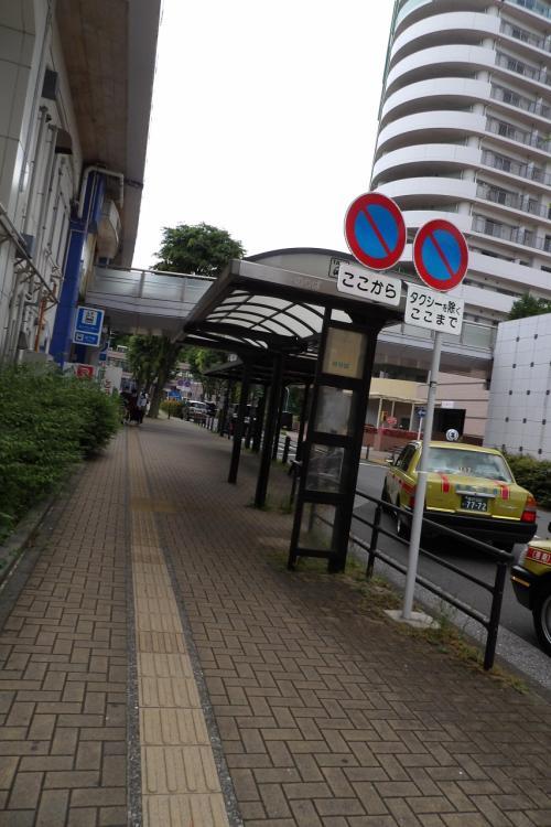 丸屋根のバス停とタクシーのりば