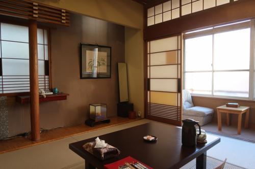 太宰治ゆかりの宿 甲府・湯村温泉「旅館明治」に泊まってぬる湯を楽しむ