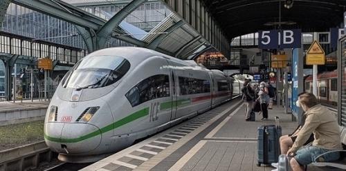 コロナ禍、久々の長距離列車移動でベルリン行。超満員でびっくりしたが、隣り席の母娘は朝から発泡酒