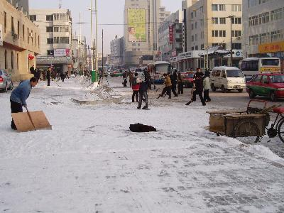 2005年2月 雪の降る延吉 (2) 君は見たか!これが朝鮮族による雪かきだ!