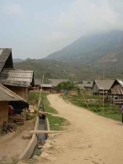 少数民族「タイ族」の村長のお宅へホームステイ