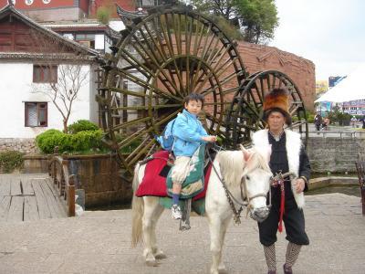 たか坊麗江で馬に乗る