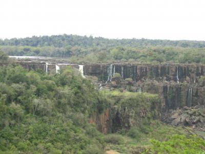 水はないのに雨が降ってるイグアスの滝