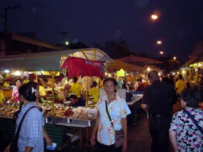 タイ中部2: ピサヌローク 「ナイト・マーケット」 と 「民俗博物館」