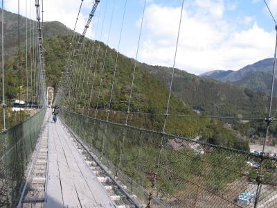 この吊り橋、恐いです!