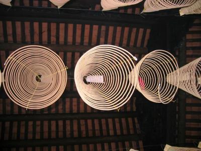 2005秋、ベトナム旅行記1(8):10月14日(6)ホーチミン・行天宮、渦巻線香