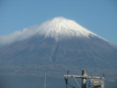 .新幹線から綿雲を被った富士山を見る