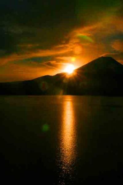 本栖湖から見た富士山と日の出