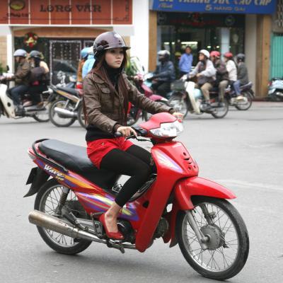 ハノイはバイク天国 ! !(昼の旧市街)