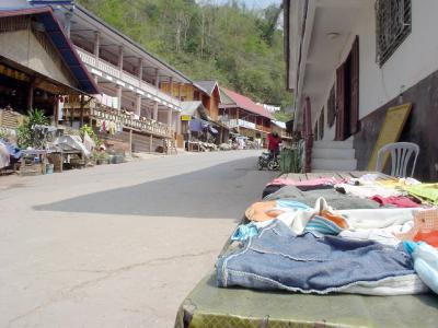メコンさかのぼり2: 「営業は夜と朝だけです」 メコンの村・パクベン