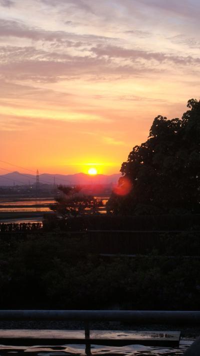 「 春 の 夕 日 が 田 に 映 え 湯 船 で・・・ 」< 新潟県長岡市 >