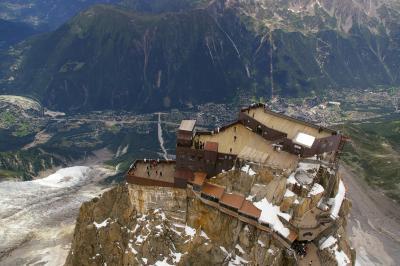 ヨーロッパ最高峰モンブランの麓シャモニーへ? 【エギュードミディ展望台と大氷原の氷河】