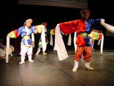 釜山の伝統舞踊と魚たち
