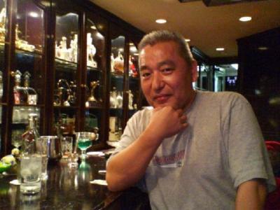 京華飯店を探検し、両替の本質を論じ、庭のレストランで燕京号仲間でチンタオビールを飲んで、大いに盛り上がる