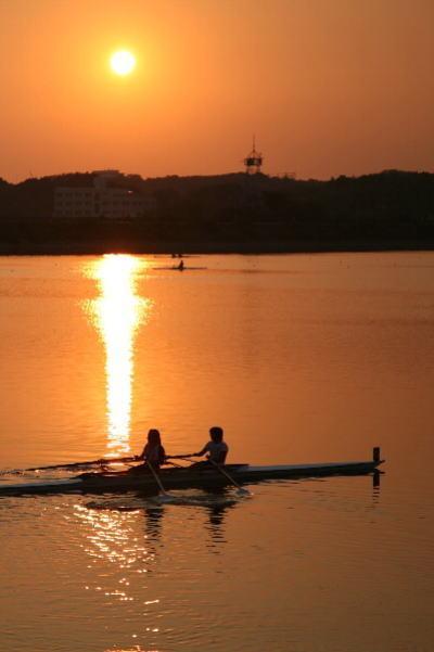 小さな旅●愛知池・夕陽とボート