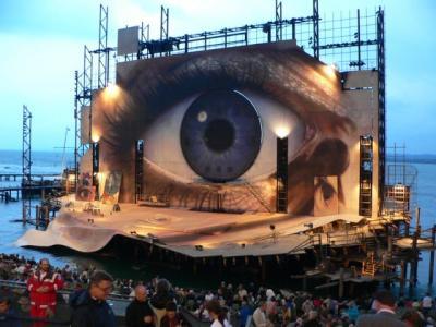 湖上で行われる野外オペラ - ブレゲンツ音楽祭
