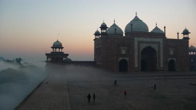 夜明けのタージマハル。霧の中に浮き出ていました。
