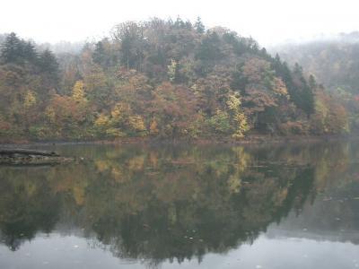 半月湖で落葉を踏んで清秋を楽しむ