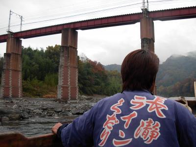 紅葉の 長瀞 川下り!は 残念!ながら 曇り空。