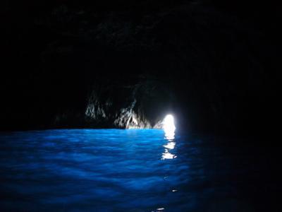 神秘的な深い青! カプリの青の洞窟