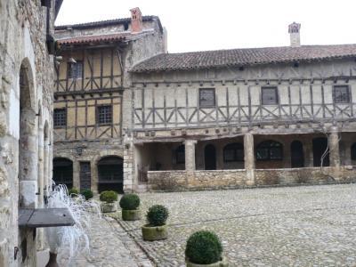 ペルージュ 中世の様子がそのまま保存された村 Perouges