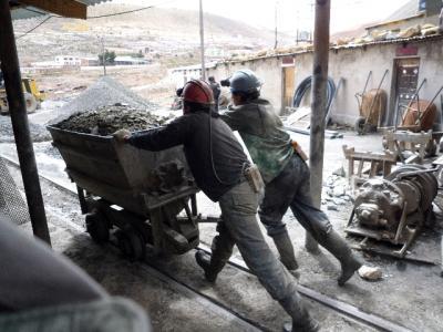 貧乏な国の最底辺の労働 ボリビアの炭鉱労働者を見る